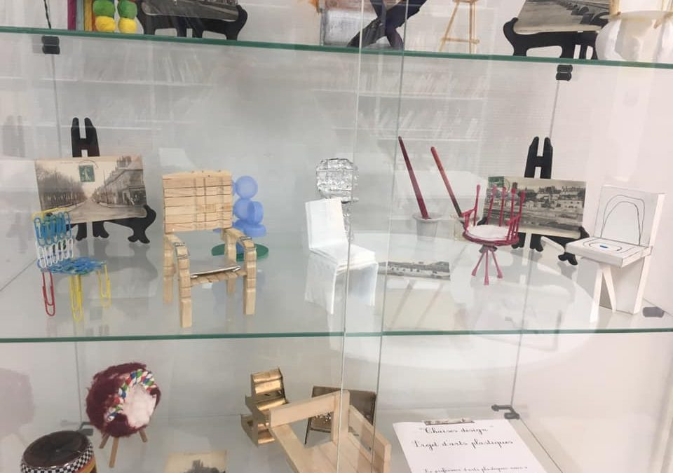 Exposition arts plastiques 3ème au CDI du collège – « La chaise » –